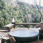 特別室専用の露天風呂。信楽焼の陶器の湯船~霧水木