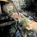 渓流沿いに佇む貸切露天。木札をめくれば、もう自分達だけの時間・・・完全貸切露天