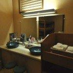 広い鏡台には宿オリジナルのアメニティと、こだわりの洗顔グッズ